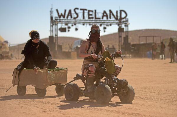 Участницы фестиваля Wasteland Weekend в пустыне Мохаве, США