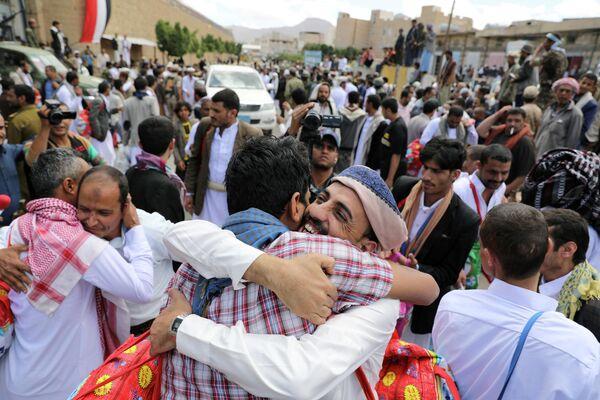 Встреча заключенных с родственниками во дворе тюрьмы в Сане, Йемен