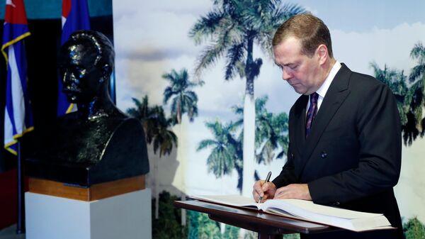 Председатель правительства РФ Дмитрий Медведев оставляет запись в Книге почетных гостей в музее Хосе Марти на площади Революции в Гаване