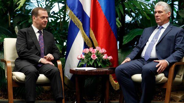 Председатель правительства РФ Дмитрий Медведев и председатель Государственного совета и Совета министров Республики Куба Мигель Диас-Канель Бермудес во время встречи