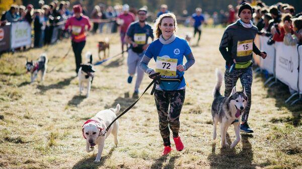 Участники благотворительного забега с собаками Быстрый пес