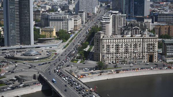Автомобильное движение на Новом Арбате в Москве. Слева - здание Правительства Москвы