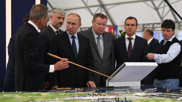 Президент РФ Владимир Путин во время посещения портово-индустриального парка ОТЭКО на Таманском полуострове. 4 октября 2019