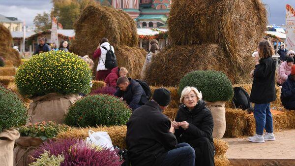 Посетители на площадке фестиваля Золотая осень на Красной площади