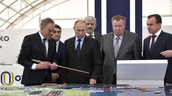 Президент РФ Владимир Путин во время посещения портово-индустриального парка ОТЭКО на Таманском полуострове