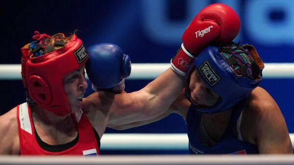 Слева направо: Саадат Далгатова (Россия) и Эрдэнэтуяа Энхбаатар (Монголия) в предварительном поединке в весовой категории до 69 кг на чемпионате мира по боксу AIBA среди женщин в Улан-Удэ.