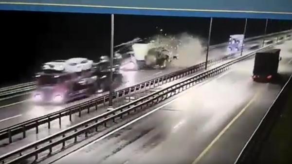 Массовое ДТП  с грузовиками на трассе Москва-Петербург попало на видео