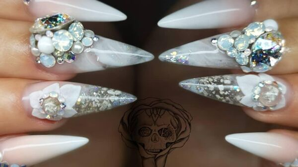 Ногти Шарлотты Уолтон в материал для которых добавила прах покойного отца
