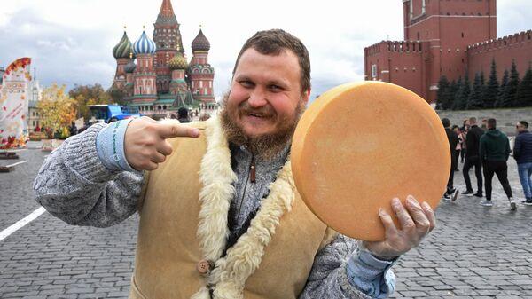 Фермер, сыровар Олег Сирота со своей продукцией на гастрономическом фестивале Золотая осень в Москве