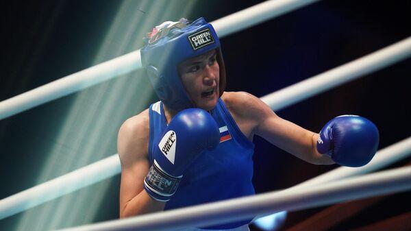 Людмила Воронцова (Россия) в поединке отборочного этапа в весовой категории до 57 кг против Микаэлы Уолш (Ирландия) на чемпионате мира по боксу AIBA среди женщин в Улан-Удэ.