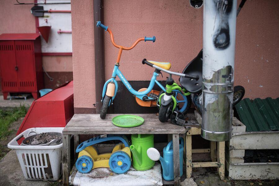 Детский велосипед и игрушки