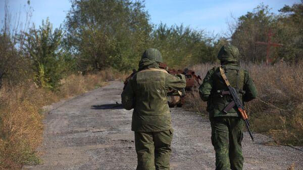 Военнослужащие ЛНР в поселке Сокольники на линии соприкосновения в Луганской области