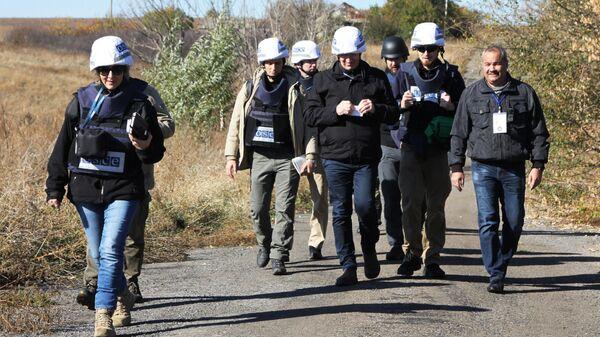 Наблюдатели ОБСЕ в селе Петровское, где должен состояться отвод сил бойцов подразделений ДНР