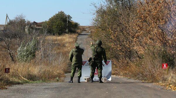 Представители ДНР запускают белую сигнальную ракету в селе Петровское в Донецкой области в знак готовности к разведению сил
