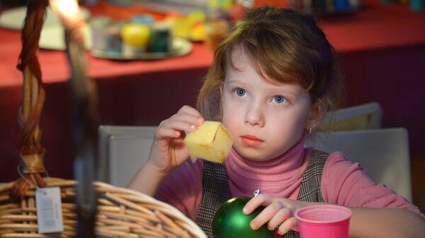 Ребенок участвует в мастер-классе по изготовлению игрушек
