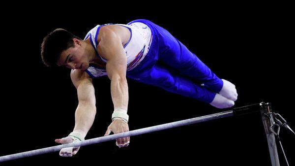 Никита Нагорный (Россия) выполняет упражнения на перекладине в командном многоборье среди мужчин на чемпионате мира по спортивной гимнастике в Штутгарте.