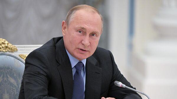Владимир Путин во время встречи с 19 высшими должностными лицами субъектов Российской Федерации