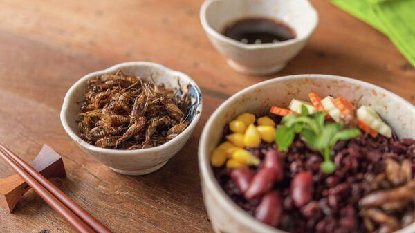 Завтрак из овощей и насекомых
