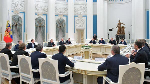 Президент РФ Владимир Путин во время встречи с 19 высшими должностными лицами субъектов РФ. 9 октября 2019