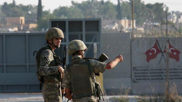 Турецкие военные на границе между Турцией и Сирией