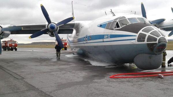 Аварийная посадка самолета Ан-12 в аэропорту Кольцово в Екатеринбурге