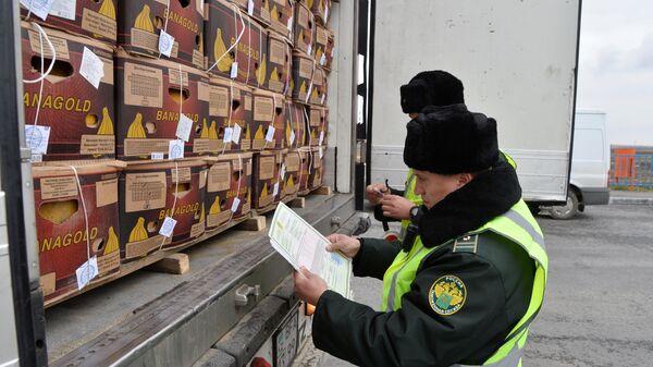 Сотрудники таможенной службы РФ  на контрольно-пропускном пункте Бугристое российско-казахстанской границы