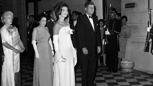 Первая леди США Жаклин Кеннеди в платье от дизайнера Олега Кассини на приеме в Министерстве иностранных дел в Мехико. 30 июня 1962