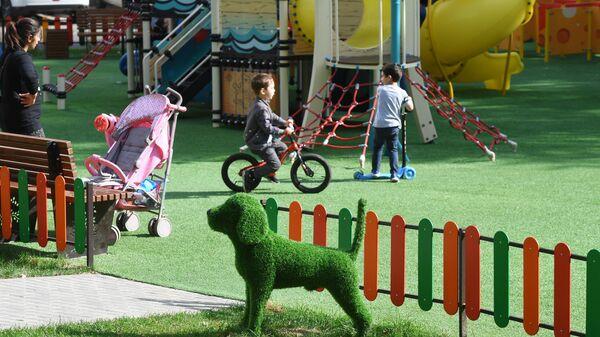 Благоустроенная детская площадка во дворе