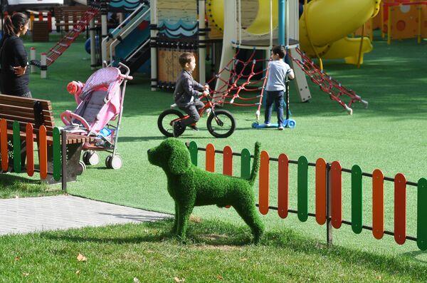 Благоустроенная детская игровая площадка во дворе на улице Бакинская в Москве