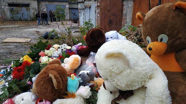 Игрушки и цветы на месте убийства девятилетней девочки в Саратове