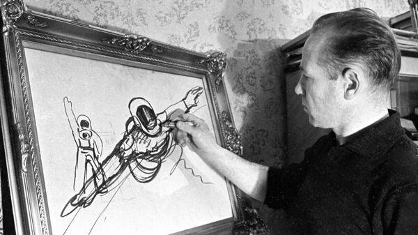 Летчик-космонавт СССР Алексей Леонов за наброском рисунка Выход в космос
