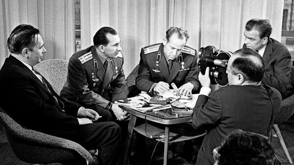 Экипаж космического корабля Восход-2 - летчики-космонавты СССР Павел Беляев (второй слева) и Алексей Леонов (второй справа) дают интервью в Агентстве печати Новости