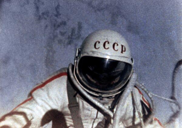 Космонавт Алексей Леонов в открытом космическом пространстве. 18 марта 1965 года