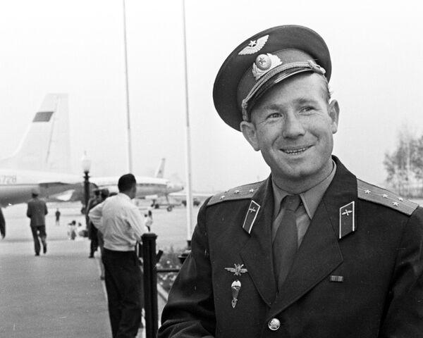 Космонавт Алексей Леонов на аэродроме Шереметьево