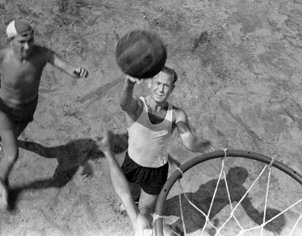 Летчик-космонавт СССР Алексей Леонов забрасывает баскетбольный мяч в корзину