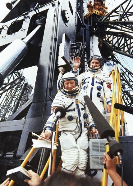 Члены экипажа космического корабля Союз-19 по программе ЭПАС (Союз-Аполлон) летчики-космонавты СССР командир корабля Алексей Леонов (слева) и бортинженер Валерий Кубасов перед стартом