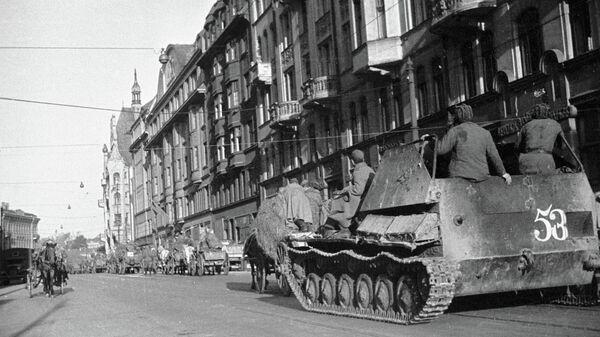 Колонна советских танков проходит по улицам освобожденной латвийской столицы