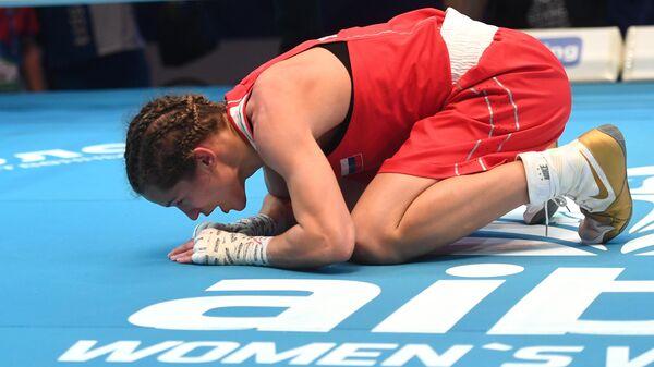 Лилия Аетбаева (Россия), победившая в финальном поединке в весовой категории до 51 кг Бусе Чакыроглу (Турция)  на чемпионате мира по боксу AIBA среди женщин в Улан-Удэ.