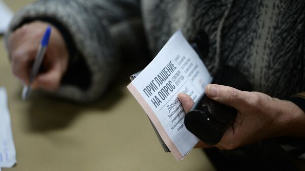 Женщина принимает участие в опросе по месту строительства собора святой Екатерины в Екатеринбурге
