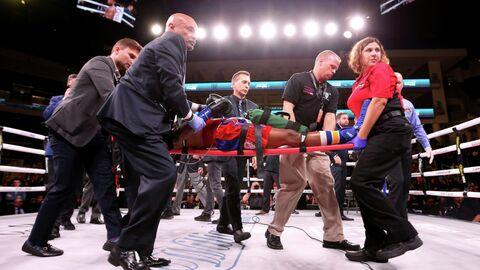 Боксера Патрика Дэя уносят с ринга после нокаута