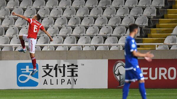 Полузащитник сборной России Денис Черышев радуется забитому мячу