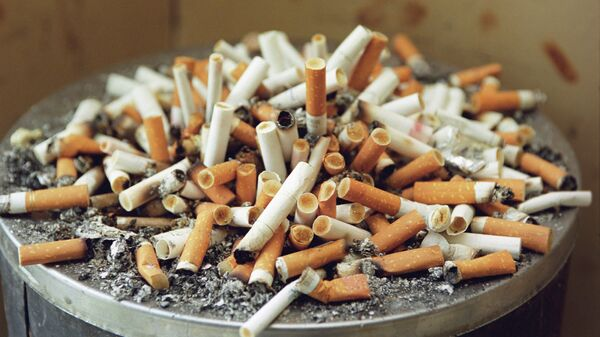 Урна с окурками сигарет