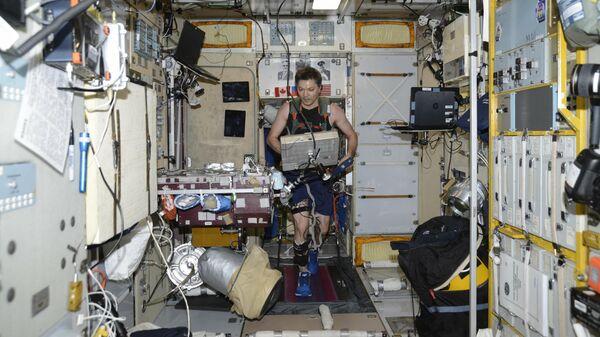 Космонавт Роскосмоса Олег Кононенко на беговой дорожке на МКС
