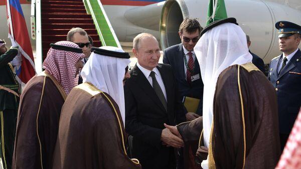 Президент РФ Владимир Путин во время встречи в аэропорту имени короля Халеда в Эр-Рияде