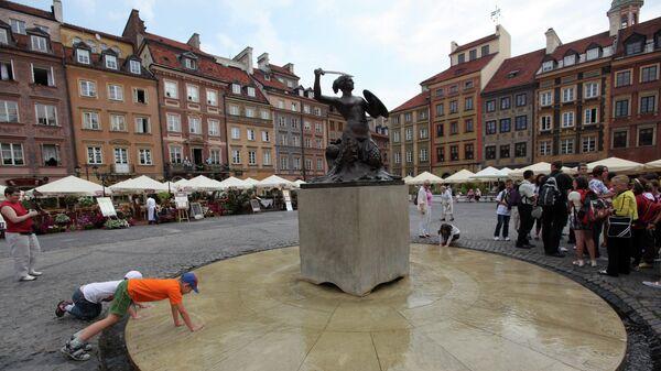 Статуя Сирены на Рыночной площади Старого города в Варшаве