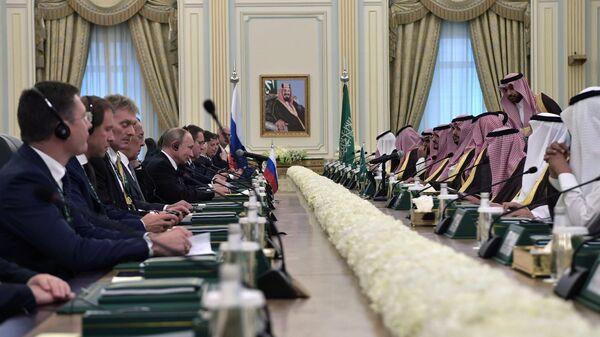 Президент РФ Владимир Путин и король Саудовской Аравии Сальман бен Абдель Азиз аль Сауд на российско-саудовских переговорах