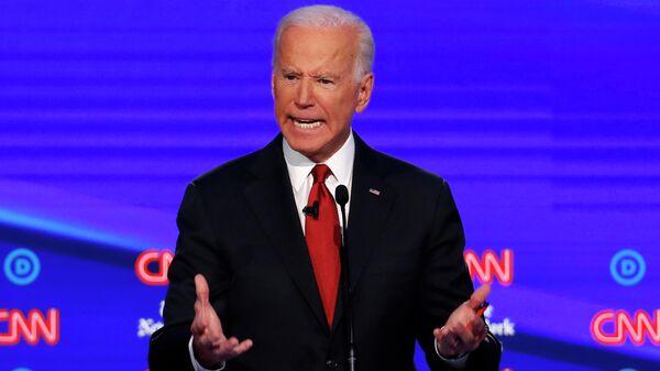 Кандидат в президентыСША от Демократической партии Джо Байден во время дебатов, организованных CNN / New York Times в Университете Оттербейн. 15 октября 2019
