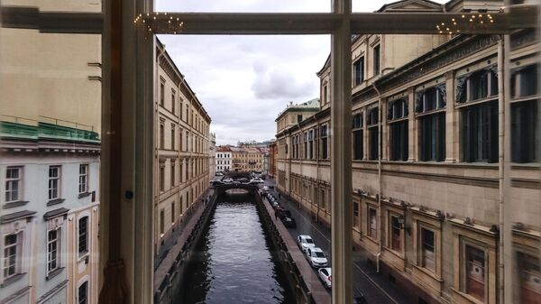 Вид на канал из окон фойе Эрмитажного театра в Санкт-Петербурге