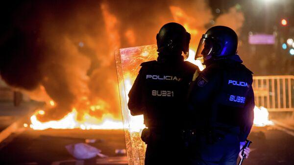 Сотрудники полиции во время беспорядков, возникших в ходе акции протеста в Барселоне.  15 октября 2019
