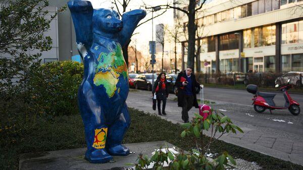 Медведь - символ Берлина на одной из улиц города